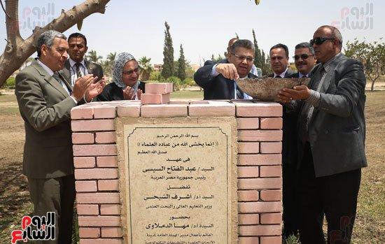 4201630145057122اشرف-الشيحى-وزير-التعليم-العالى-يتفقد-مدينة-الأبحاث-العلمية-فى-برج-العرب-(2)