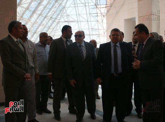 4201630145057122اشرف-الشيحى-وزير-التعليم-العالى-يتفقد-مدينة-الأبحاث-العلمية-فى-برج-العرب-(7)